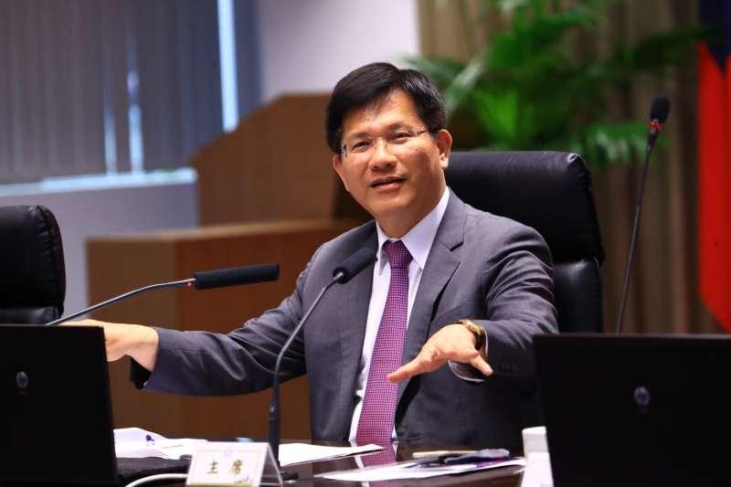 台中市長林佳龍透過市政會議說明目前台中市的空氣品質明顯提升,紫爆天數下降,而且是根據環保署所訂定的標準執行,並未放寬。(圖/台中市政府提供)