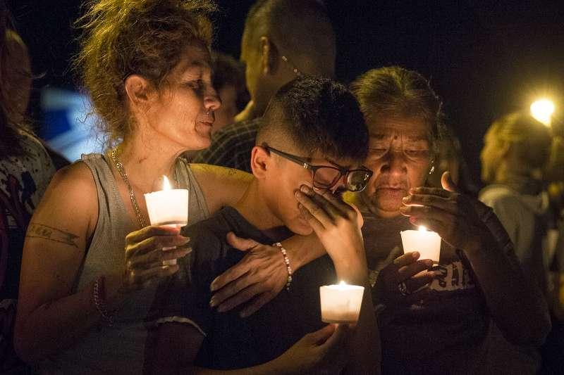 德州薩瑟蘭泉社區的民眾在入夜後點起蠟燭,悼念死難的同胞與親友。(美聯社)