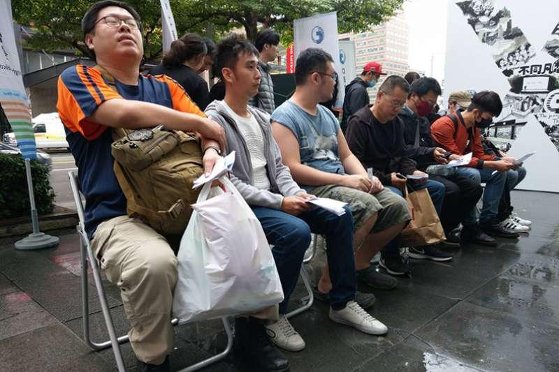 果粉為了搶先購買最新的iPhone X,在門市外徹夜排隊。(圖/陳承璋攝,遠見雜誌提供)