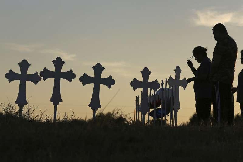 德州教堂槍擊血案:副牧師一家3代共8人成槍下亡魂(AP)