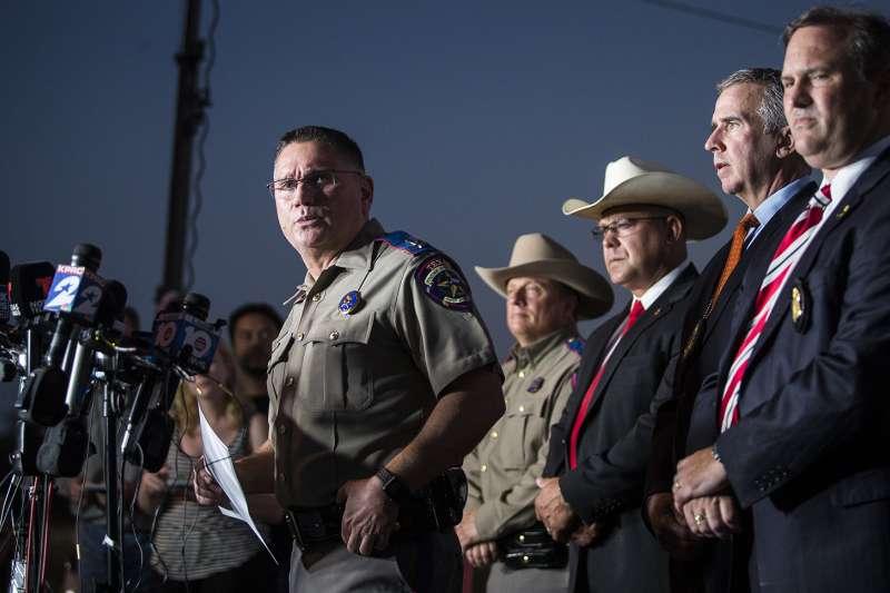 德州教堂槍擊血案:德州公安廳地方事務負責人馬汀舉行記者會(AP)
