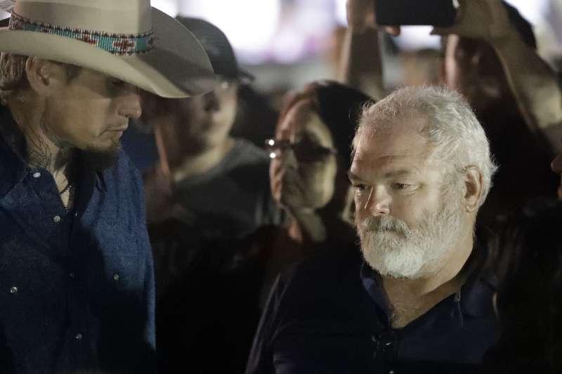 德州教堂槍擊血案:威爾福德(右)持槍與凶手凱利駁火,被視為英雄(AP)