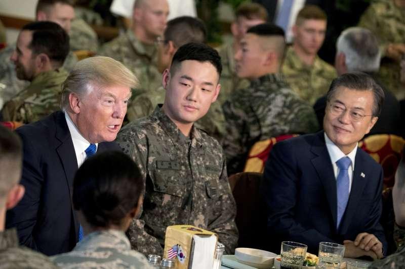 南韓總統文在寅與川普造訪駐韓美軍基地 「漢弗萊營」(Camp Humphreys)。(美聯社)