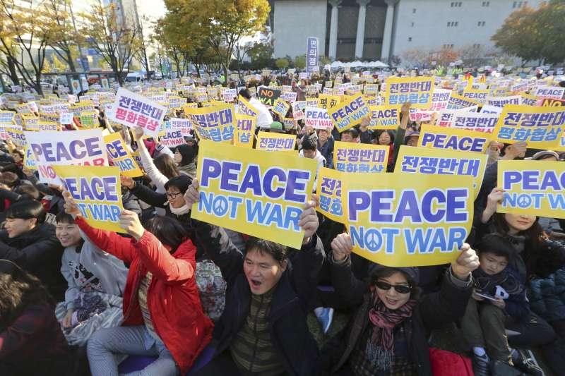 南韓青瓦台外聚集抗議川普的民眾。(美聯社)