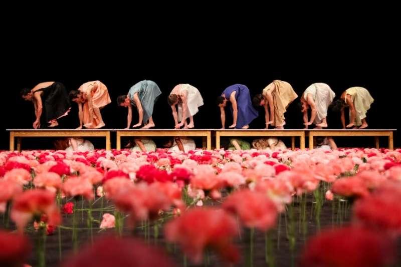 2018年TIFA的最高亮點─碧娜.鮑許烏帕塔舞蹈劇場,重現1997年首次訪台的經典作品《康乃馨》(圖/兩廳院)