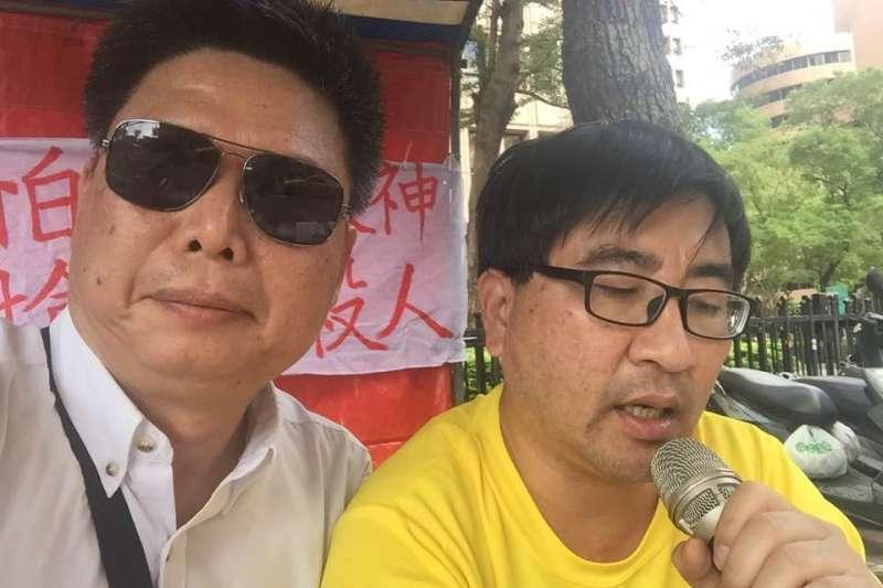 徐世榮表示,警方以往不會針對這類平和抗爭舉牌告知違法,因此上前詢問原因,卻得到「我們已經換了署長」的回答。(取自徐世榮臉書)
