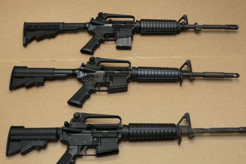 加州聖克拉門托展示的三款AR-15步槍。底部的那支槍因具有快速裝填子彈能力而在加州被列為違法。(美國之音)