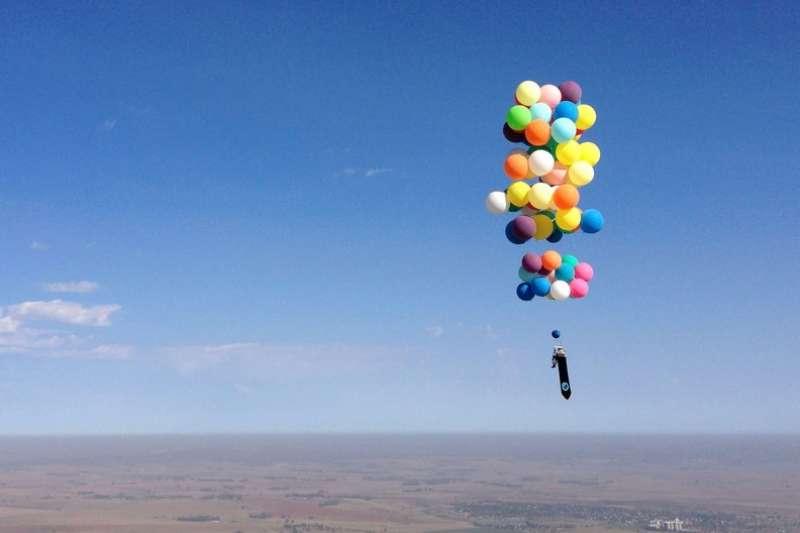 你沒有看錯!這個英國男子真的靠著百顆氣球翱翔天際。(圖/遠見雜誌提供)