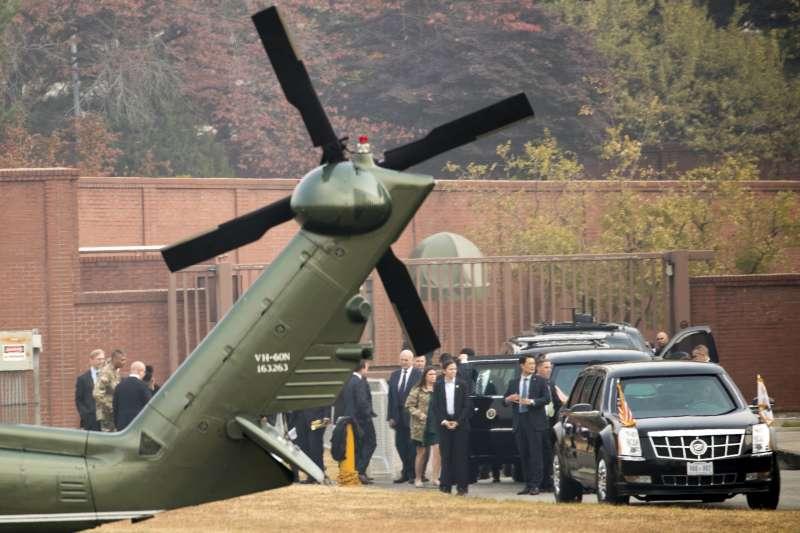 川普出訪南韓,一行人原本已登上直升機,欲飛往兩韓非軍事區,卻因大霧取消。(美聯社)