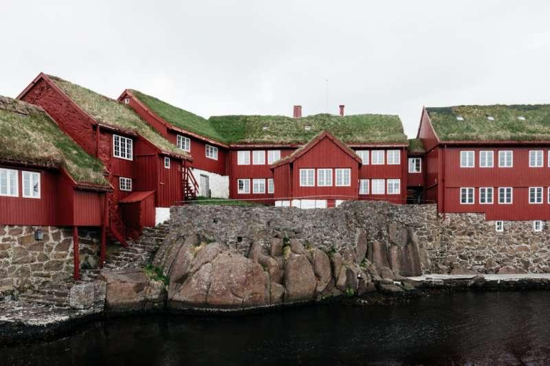 丹麥法羅群島上的木造房子,宛如魔戒哈比人村莊。(取自www.visitfaroeislands.com)