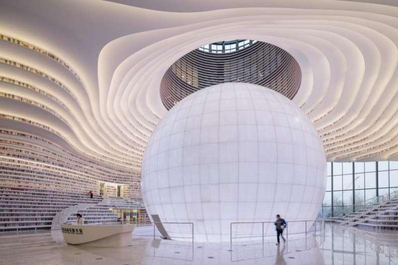 天津濱海公共圖書館日前開幕,走進館內就像踏進了書的海洋,非常壯觀。(圖/dezeen,瘋設計提供)