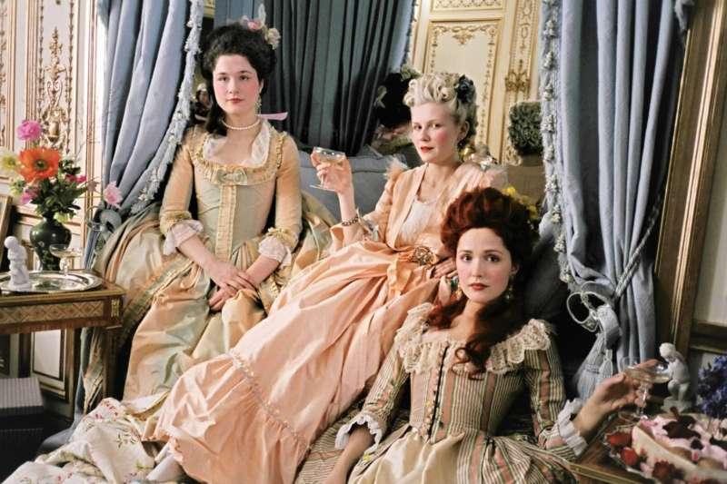 女性時裝的演變,也跟隨著男女平權慢慢的演進。(圖/IMBD官網)