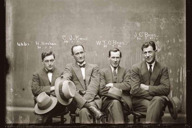 以為囚犯照一直都是穿條紋衣的正、側面照嗎?1920年代的澳洲,竟為罪犯拍攝這麼有型的檔案照!(圖/言人文化提供)