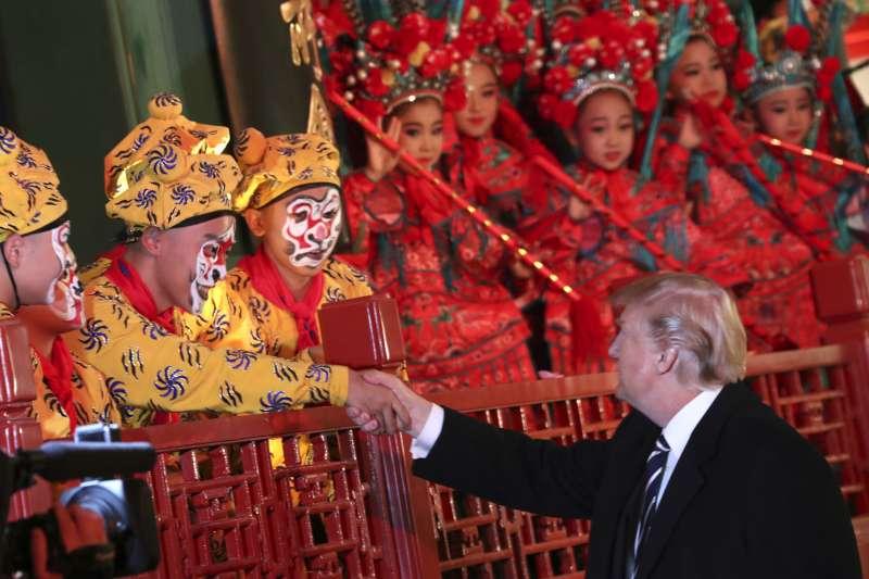 台灣青年世代對中國欠缺了解。圖為川普訪中,習近平在紫禁城內設宴款待,並安排京劇演出。(美聯社)