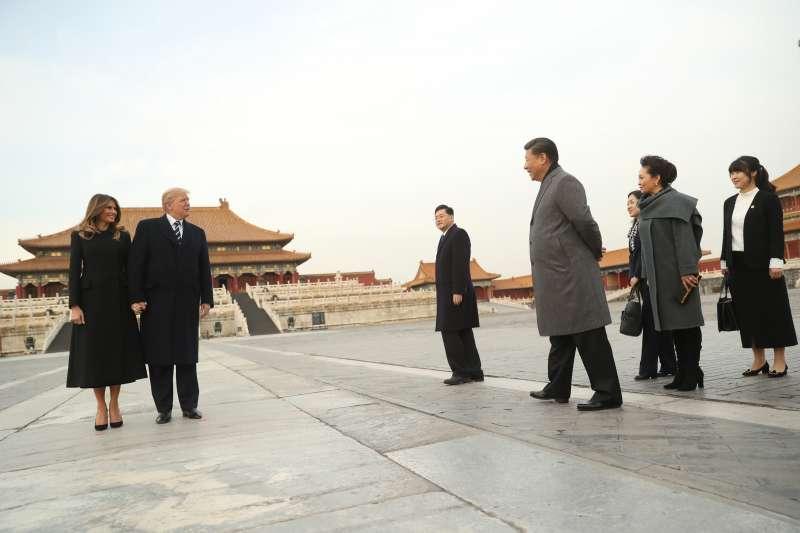 中國國家主席習近平夫婦帶美國總統川普夫婦遊覽紫禁城(AP)