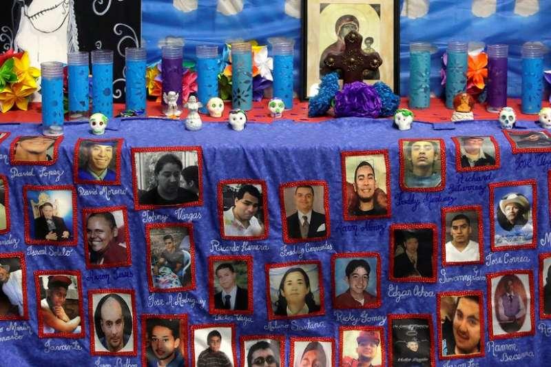 1月4日,芝加哥一所教堂舉辦的槍擊案死難者紀念日活動,掛出的死者照片。儘管每年因槍擊案死亡者眾多,但在美國控槍仍然困難重重。(BBC中文網)