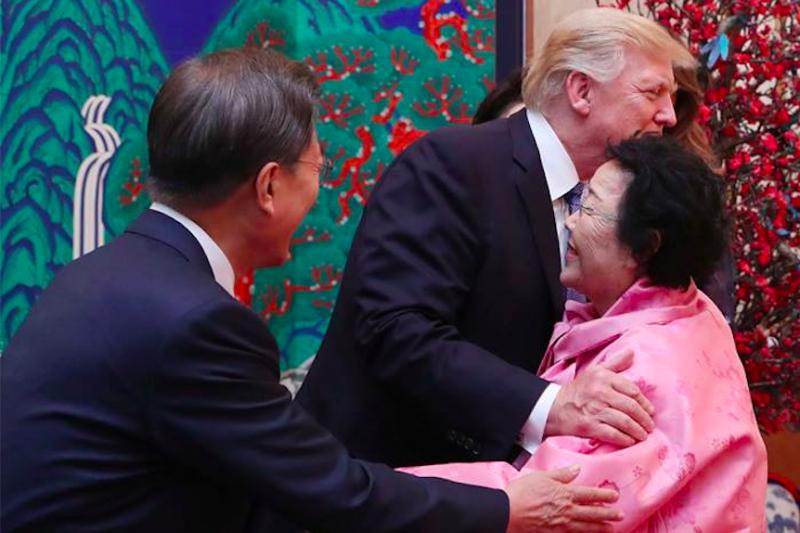 川普與南韓慰安婦李容洙見面擁抱。(青瓦台臉書)