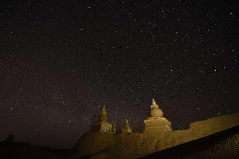 璀璨星空下的額濟納黑城遺址(新華社)