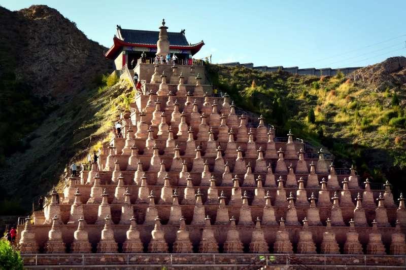 青銅峽一百零八塔,位於寧夏青銅峽水庫西岸崖壁下(新華社)