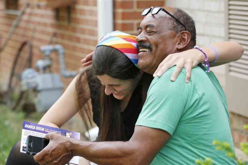 今年7月,羅姆拜訪民眾,與民眾親切互動(AP)