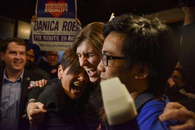 7日晚間,羅姆得知勝選後,與支持者開心擁抱(AP)