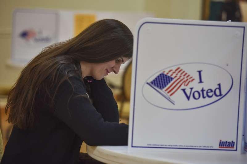 羅姆7日在投票所投下一票(AP)