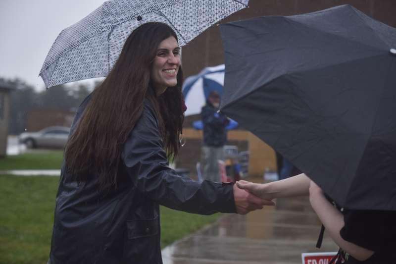 羅姆7日在投票所外與選民親切互動(AP)