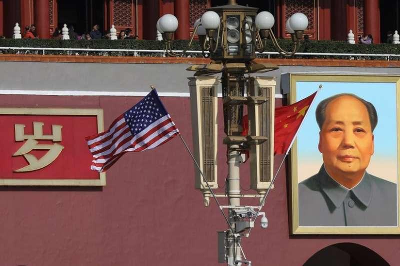 11月8日,川普抵達北京前夕,北京天安門附近掛上了兩國國旗。(BBC中文網)