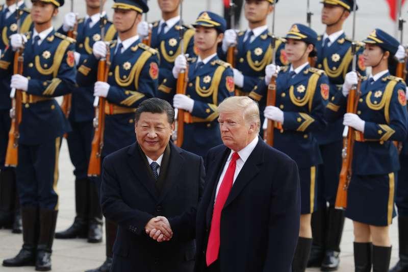 習近平(左)一改「韜光養晦」策略,讓美國人選擇了川普(右)。(AP)