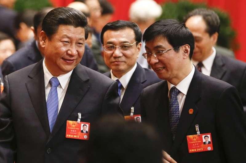 中國自習近平上台以來帶有擴張性的外交色彩,容易地讓外界認為中國將向外界輸出自己的治理模式及意識形態。作者認為,如果說今天中國要輸出新的意識形態,要領導世界,那麼首先它需要建立起自己的國家意識形態和政治文明,短期內恐怕並不存在這樣的可能。圖為習近平及中共政治局常委會七常委之一王滬寧(右)。(中新網)