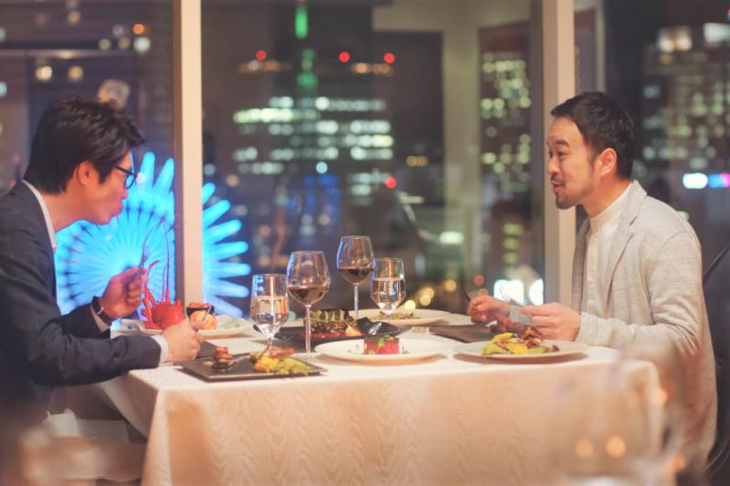 當紅的分子料理未來可以進化成怎樣?讓你不用動手、不用咀嚼就可以吃到美食。(圖/Booking.com Japan@youtube)