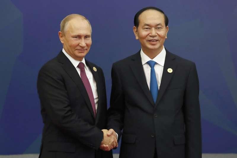 俄羅斯總統普京(左)與越南國家主席陳大光(右)在越南APEC會面。(美聯社)