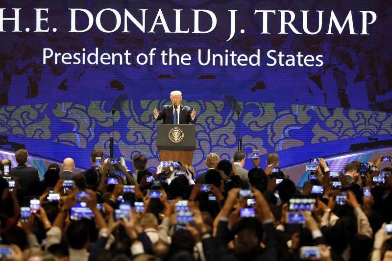 美國總統川普在APEC工商領導人峰會發表演說。(美聯社)