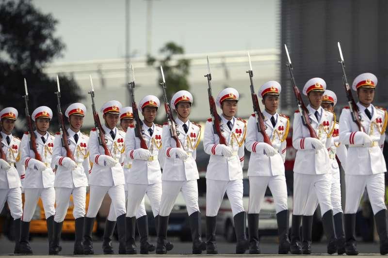 美國總統川普10日抵達越南參加APEC,越方儀隊列隊歡迎。(美聯社)