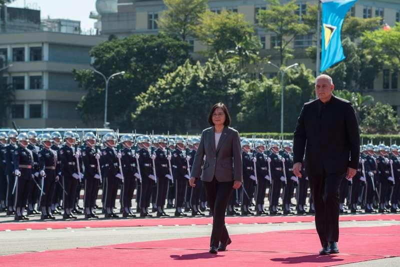 圖為聖露西亞總理查士納(Allen Chastanet)伉儷應邀率團來台進行國是訪問,總統蔡英文在總統府前廣場主持軍禮歡迎。(總統府提供)