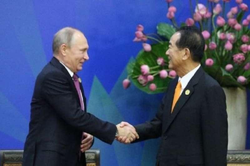 APEC領袖代表宋楚瑜與俄國總統普丁握手。(中華代表團提供)