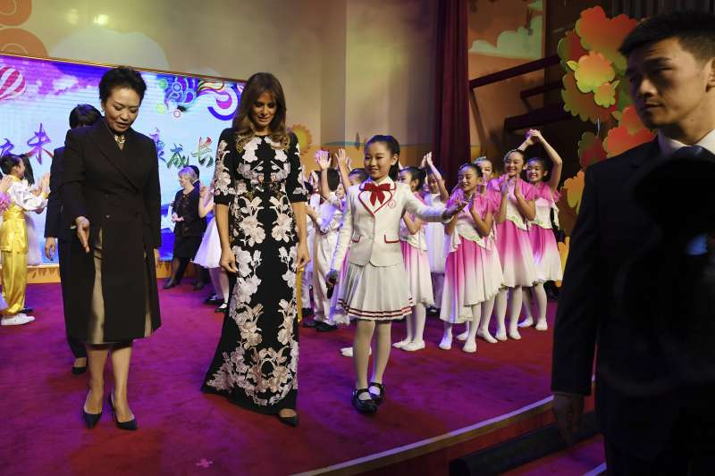 身著旗袍風連衣裙的美國第一夫人梅蘭妮亞與中國國家主席習近平夫人彭麗媛。(美聯社)