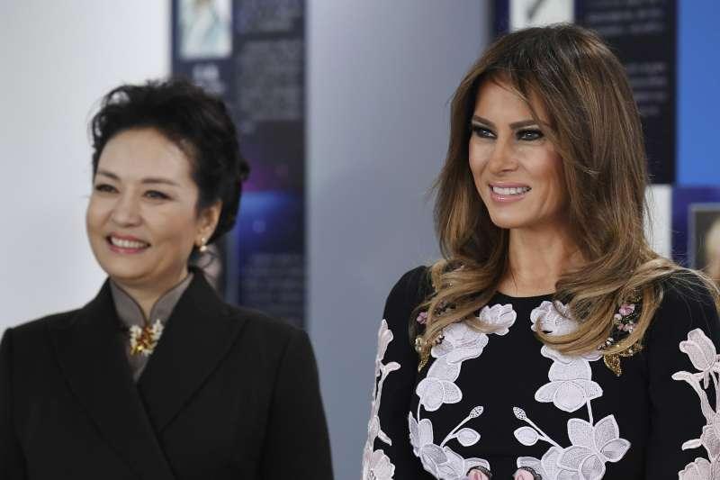 美國第一夫人梅蘭妮亞與中國國家主席習近平夫人彭麗媛。(美聯社)