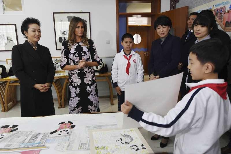 梅蘭妮亞和彭麗媛參訪小學。(美聯社)