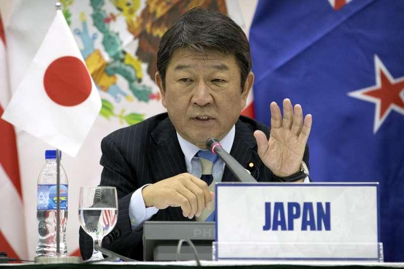 日本的經濟財政再生大臣茂木敏充11日在記者會上發言(AP)