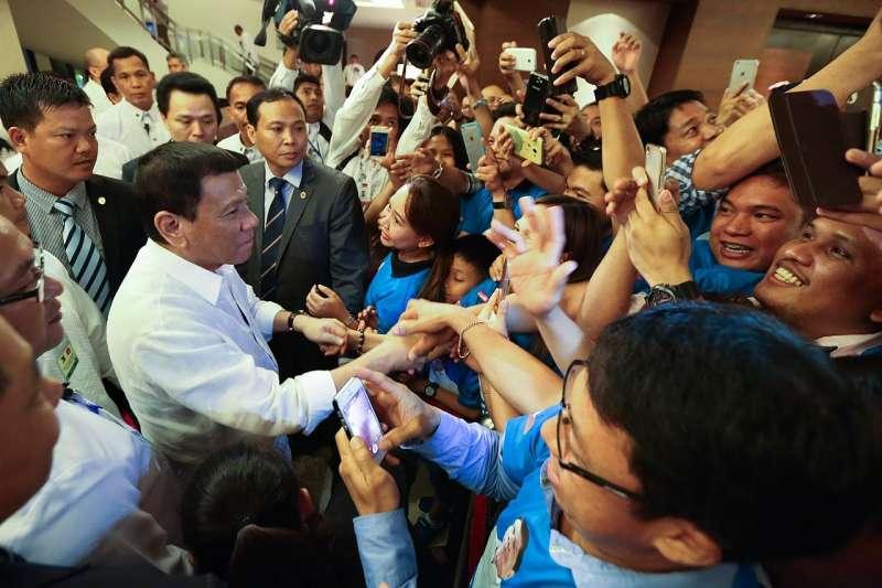 2016年杜特蒂到越南探訪菲律賓僑民時,受到熱烈歡迎。(PCOO EDP@wikipedia/public domain)