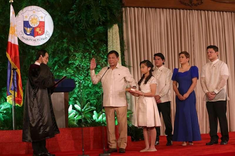 2016年杜特蒂宣示就職,成為菲律賓總統。(Philippines Presidential Communications Operations Office)