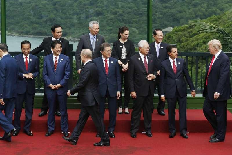 親民黨主席宋楚瑜(右3)代表台灣出席2017年APEC峰會,與各國領導人互動(AP)