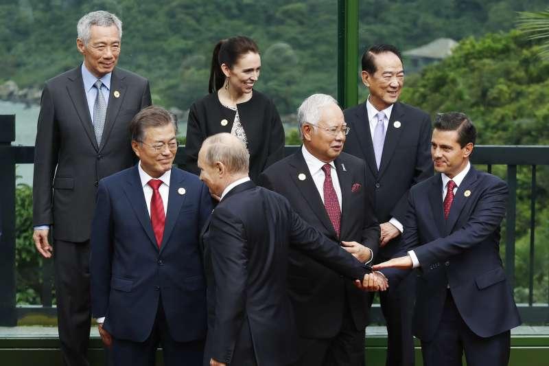 親民黨主席宋楚瑜(右2)代表台灣出席2017年APEC峰會,與各國領導人互動(AP)