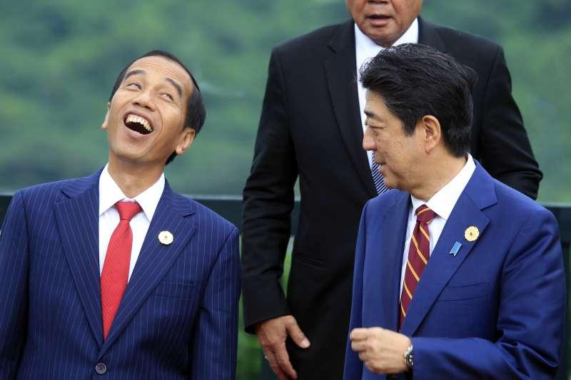 2017越南APEC峰會,印尼總統佐科威(左)與日本首相安倍晉三相談甚歡(AP)