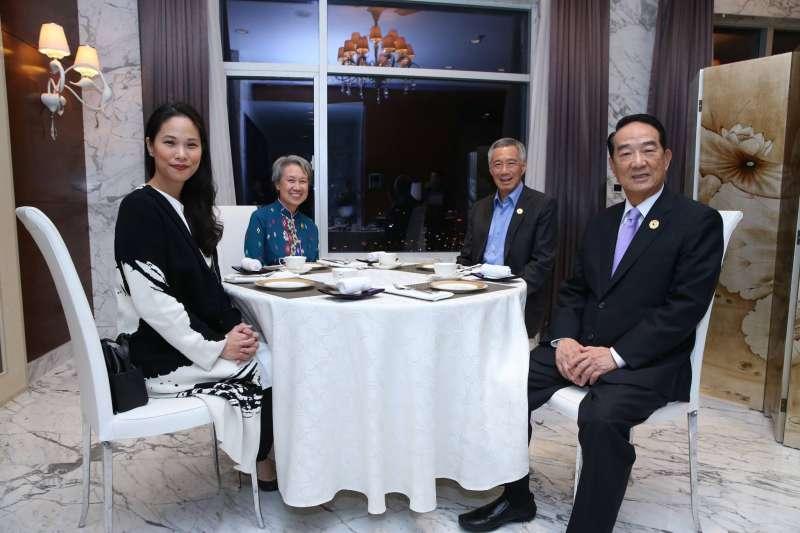 我方APEC領袖代表宋楚瑜(右一)與新加坡總理李顯龍(右二)會面茶敘,宋楚瑜女兒宋鎮邁(左一)與李顯龍夫人何晶(左二)亦同桌會談合影。(取自Lee Hsien Loong臉書)