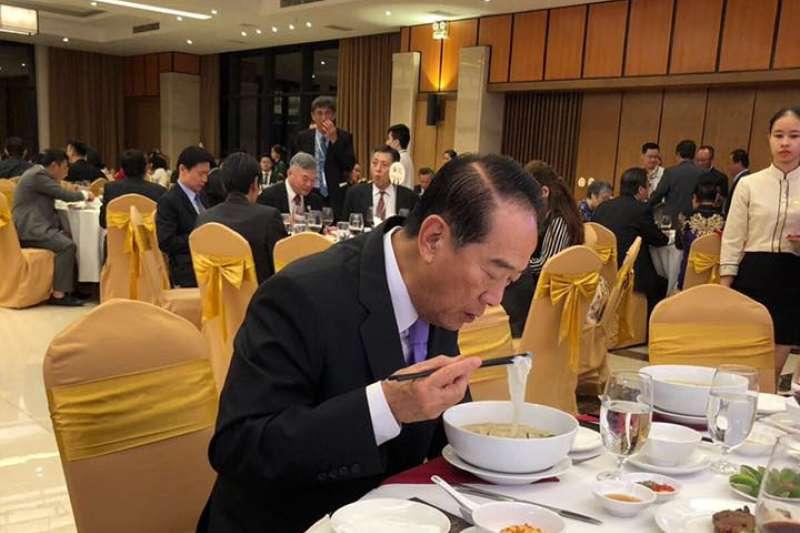 宋楚瑜宴請越南僑界人士,因台商熱情合影敬酒,可能一個晚上未進食,最後匆忙吞下一碗越南河粉。(取自謝金河臉書)