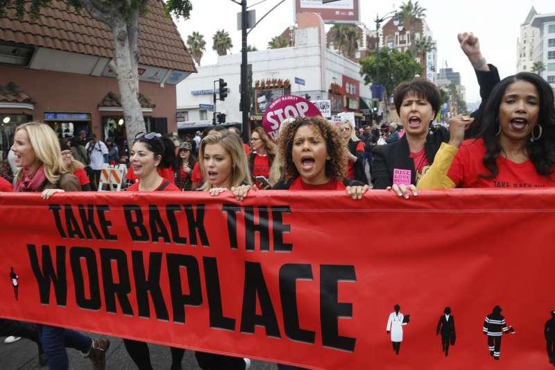 數千人走上美國加州洛杉磯街頭,參與「我也是」示威遊行,聲援性暴力受害者(美聯社)