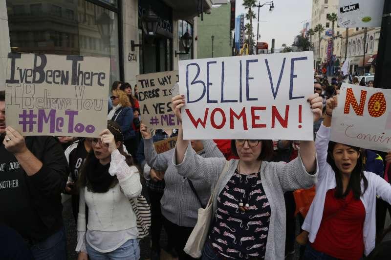 數千人12日走上美國加州洛杉磯街頭,參與「我也是」示威遊行,聲援性暴力受害者(美聯社)