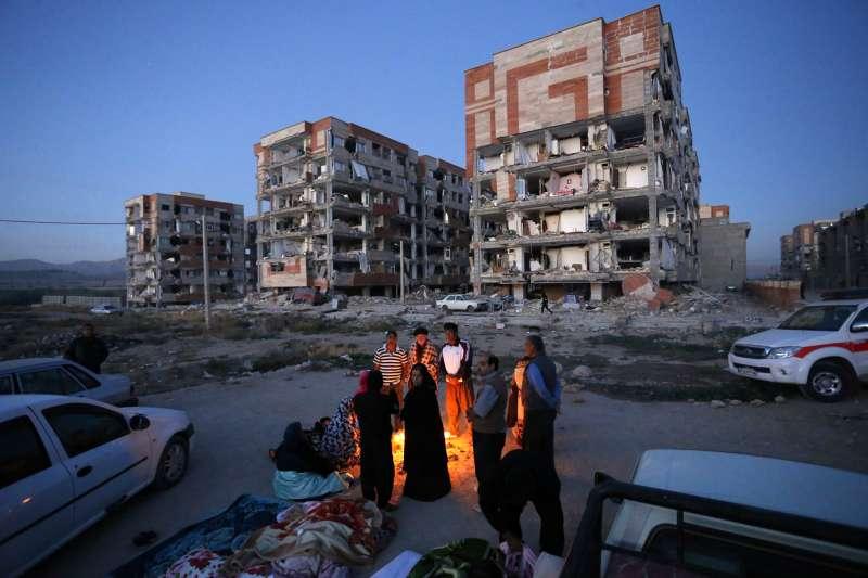 兩伊邊境12日晚間發生強震,伊朗邊境城市薩爾波勒扎哈卜(Sarpol-e-Zahab)的建築嚴重受損。(美聯社)